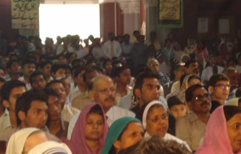 Fieis paquistaneses na igreja