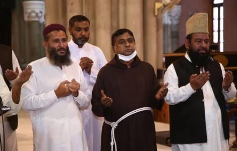 Des musulmans pakistanais rendent hommage au cardinal Tauran