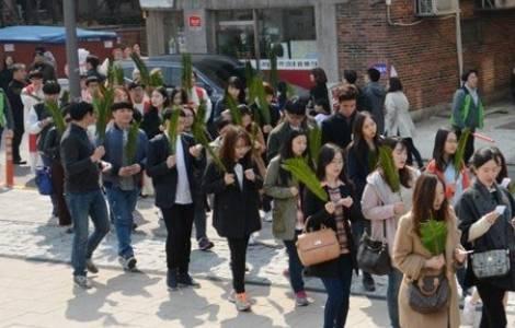 Os jovens em procissão em Seul