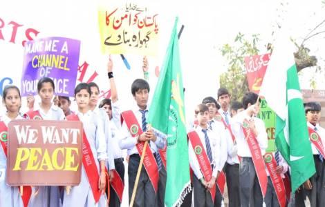 """A marcha dos pequenos """"embaixadores da paz"""""""