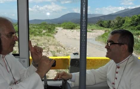 il Vescovo di Cúcuta, Sua Ecc. Mons. Victor Manuel Ochoa, insieme con il suo omologo a San Cristobal, Mons. Mario del Valle Moronta,