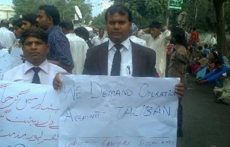 No centro o advogado Sardar Mushtaq Gill