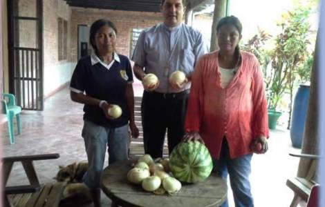 Membri della comunità dei Maskoy della Missione di Puerto Casado  insieme a Mons. Escobar