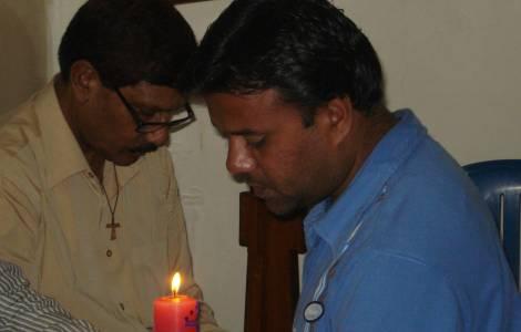 Um católico paquistanês em oração