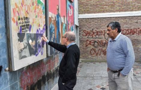 Grafitis et peinture ayant endommagé un murales et