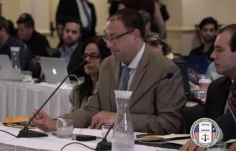 """Eric LeCompte, presentando la testimonianza come direttore esecutivo della coalizione """"Jubilee USA""""."""