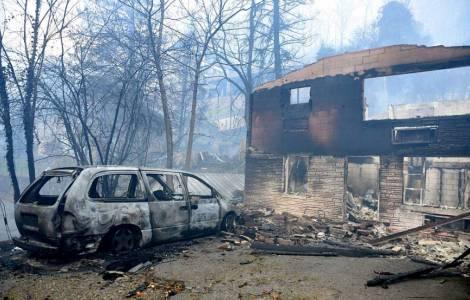 Gli incendi devastano le zone turistiche della Great Smoky Mountains