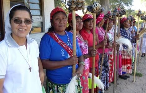 Suor Hermelinda con comunità nivaclé del Paraguay.