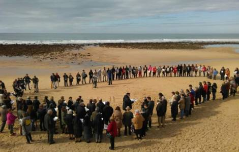 Preghiera sulla spiaggia di Mangueta di Zahora a Barbate, in Spagna