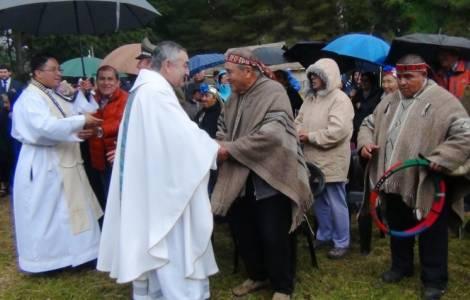 S.Exc. Mgr Vargas et des représentants mapuches