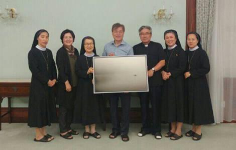 O Presidente Moon, sua esposa, o pároco e algumas