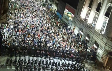 """Reforma de pensiones: """"cacerolazos"""" en Argentina,"""