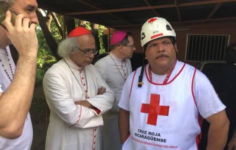 El Nuncio y el Cardenal Brenes con la Cruz Roja