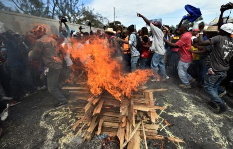Rinviato il ballottaggio, violente proteste per strade